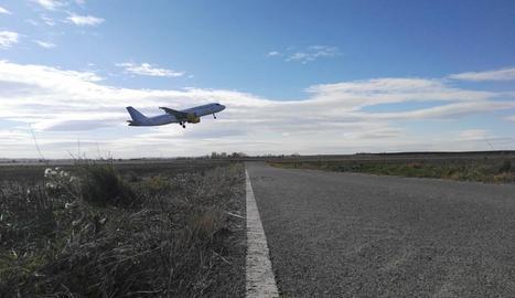 Un dels avions, ahir, a les instal·lacions d'Alguaire.
