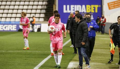 Gerard Albadalejo, amb un jugador de l'Hèrcules, en un moment del partit d'ahir.