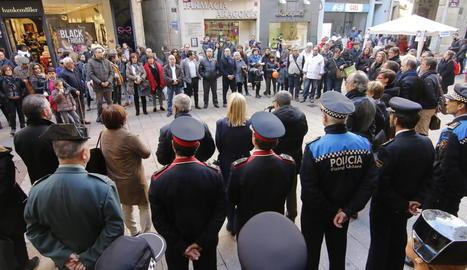 Repulsa - Un centenar de persones, entre veïns i autoritats, es van concentrar ahir davant de la Paeria de Lleida per condemnar l'atac contra una mesquita a Egipte i en solidaritat amb les víctimes i els familiars.