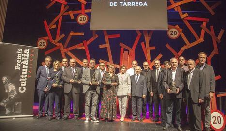 Imatge dels premiats i les autoritats, ahir, després de la celebració de la gala.
