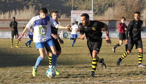 Un jugador del Ponts controla l'esfèrica davant de la pressió de dos jugadors del Vilanova de l'Aguda.