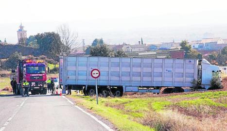Un camió va sortir de la via ahir entre Bellmunt d'Urgell i Penelles sense provocar danys personals.
