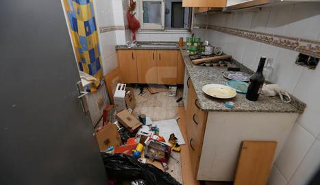 Un bloc de pisos de Cappont, amb okupes i arrasat