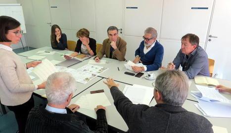 Els membres del jurat reunits al Col·legi d'Arquitectes.