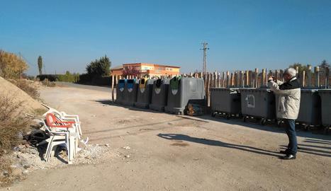 Cadires de plàstic i restes d'obra, ahir als Tres Pontets.