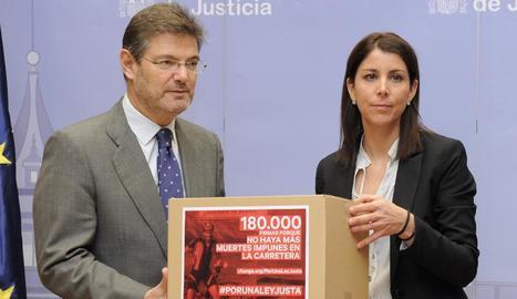 Anna González, quan va portar les firmes al ministre de Justícia, Rafael Catalá.