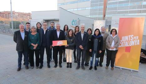 Els integrants de la candidatura de Junts per Catalunya davant de l'EOI a Lleida.