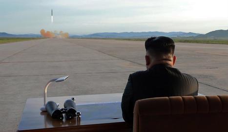 Kim Jong-un contempla el llançament d'un míssil balístic el 16 de setembre passat.