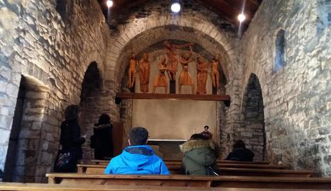 Visitants ahir a Santa Eulàlia d'Erill la Vall, en la jornada de portes obertes del conjunt romànic.