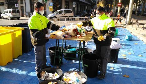 El buidatge del contenidor d'escombraries al centre de Solsona.