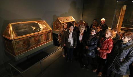 Visitants dimarts al Museu de Lleida davant les caixes sepulcrals de Sixena, tres de les obres en litigi.
