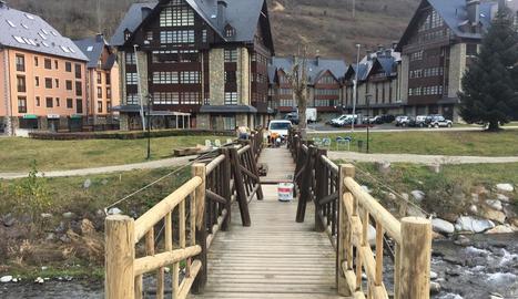 Els treballs de millora de la passarel·la de l'hospital de Vielha.