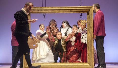 Representació de la comèdia 'Artipunt' al Teatre Ateneu de Tàrrega (esquerra) i acte reivindicatiu a Mollerussa.