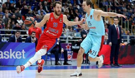 Sergio Rodríguez porta la pilota davant del blaugrana Koponen.
