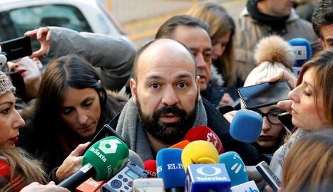 El portaveu d'Òmnium Cultural, Marcel Mauri, atenent els mitjans quan arribava als jutjats.