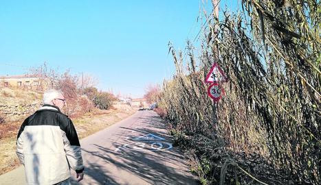El vigilant de l'Horta, fotografiant unes cadires de plàstic i residus de construcció dipositats de forma irregular a la zona dels Tres Pontets.
