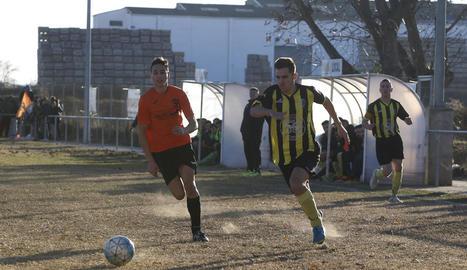 Un jugador del Golmés i un del Pinyana persegueixen la pilota.