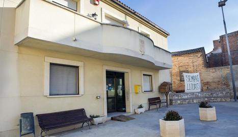 L'edifici acull l'ajuntament, la residència i el centre de dia.