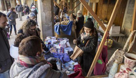 Els comerciants van prendre la plaça per oferir els seus productes als vianants.