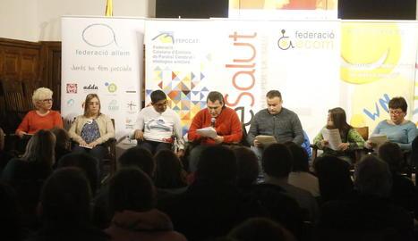 Usuaris d'entitats de Lleida van llegir ahir el manifest del Dia Internacional a l'IEI.
