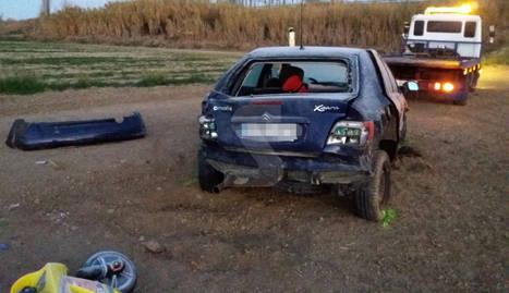 Imatge del turisme accidentat, que va sortir de la via i va acabar dins un camp