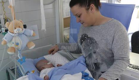 Mónica mira Marc, ingressat a la unitat de prematurs