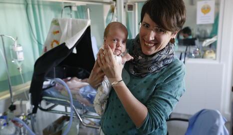 Mireia, amb Martí als braços. Al fons, Tura, al bressol. Van nàixer amb poc més de 800 grams.