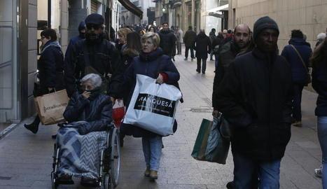 Cues per pagar en una gran superfície de Lleida ahir, dia d'obertura comercial.