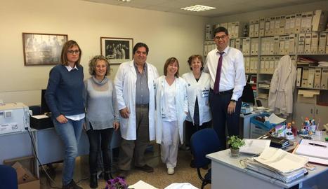 Ribes i Barcenilla, al costat de professionals de la Unitat d'Infecció Nosocomial de l'Arnau.