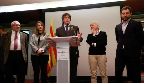 El líder de JxCat, Carles Puigdemont, al costat dels consellers cessats que l'acompanyen a Brussel·les.