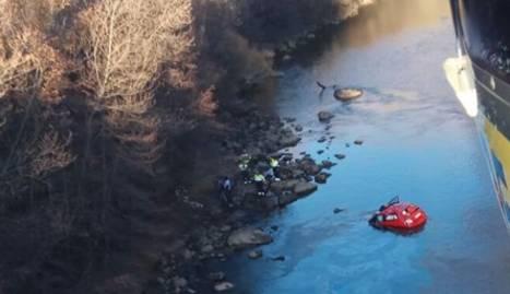 Imatge des de l'helicòpter de bombers en què es pot veure el cotxe dins del riu.