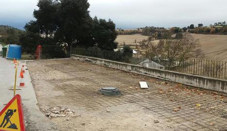 Les obres de reparació del mur a Freixenet, que acabaran la setmana que ve.