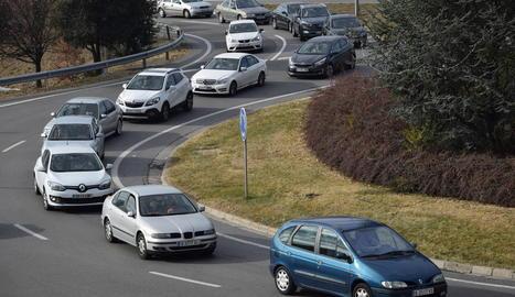 Imatge d'una de les cues quilomètriques que es van registrar ahir als accessos per carretera a Andorra.
