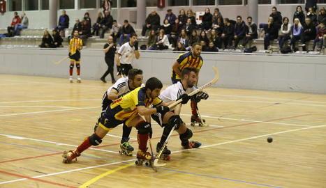 Un jugador del Tordera intenta tirar a porteria davant de l'oposició de dos rivals de l'Alpicat.
