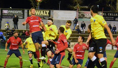 Jugadors del Lleida i de l'Olot pugnen pel control d'una pilota aèria, en una acció del partit que es va disputar ahir.