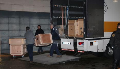 Tècnics descarreguen caixes per transportar les peces de Sixena