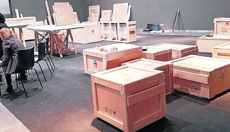 Imagen de las cajas en las que se guardaron las obras ayer en el Museu de Lleida.