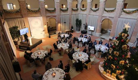 La sessió de 'Diàlegs al Roser' celebrada ahir al Parador (a dalt) amb una conferència a càrrec d'Enrique de las Morenas (a baix).