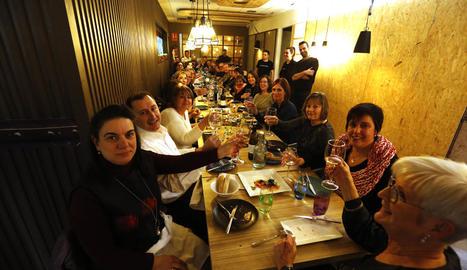 Un dels grups que van celebrar el sopar d'empresa ahir al restaurant Bonum No Rules de Lleida.
