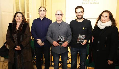 Autors i editors de la guia, durant la presentació d'ahir al Museu Morera.