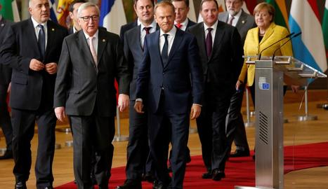 Jean-Claude Juncker i Donald Tusk, acompanyats pels líders europeus, ahir a Brussel·les.