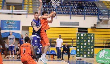 Marc Martí captura un rebot avançant-se a Lucas.