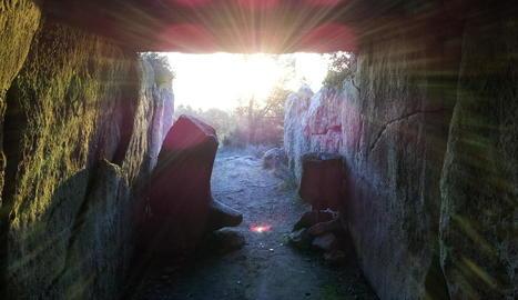 rajos solars. Vista des de l'interior dels rajos de sol que a primera hora del matí entren dins del megàlit.