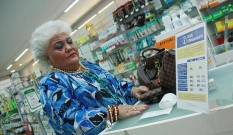 Imatge d'arxiu d'una pensionista comprant medecines en una farmàcia.