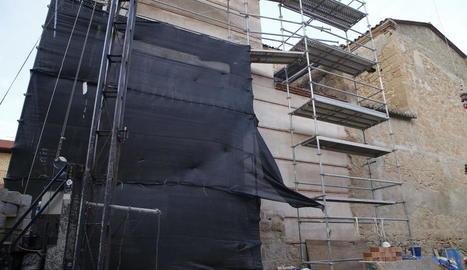 L'església de Rosselló, on es veu la part reconstruïda i la que va quedar intacta en l'esfondrament.