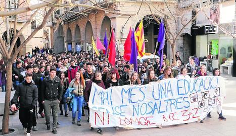 Estudiants lleidatans es manifesten contra la reforma en educació LOMCE.