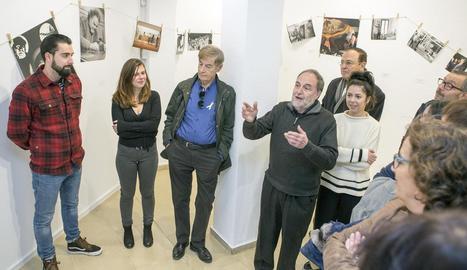 El fotògraf Martí Gasull va oferir ahir la visita guiada inaugural a la mostra 'Un relat al descobert'.