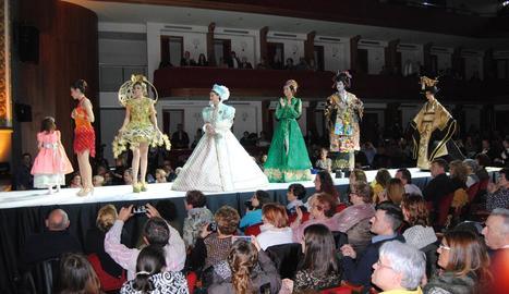 Desfilada dels models guanyadors a la gala de L'Amistat.