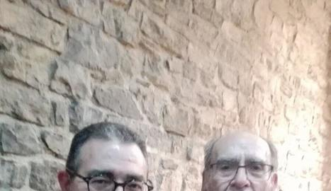 Jaume Invernon, amb el poeta Jordi Pàmias, membre del jurat.