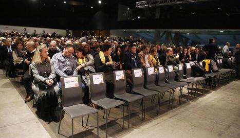 Els participants en el míting de Lleida, amb Puigdemont en pantalla al fons.